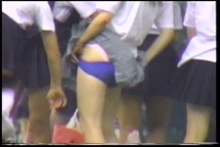 女子校生の生着替え 公園の草むらで堂々と着替える娘たち