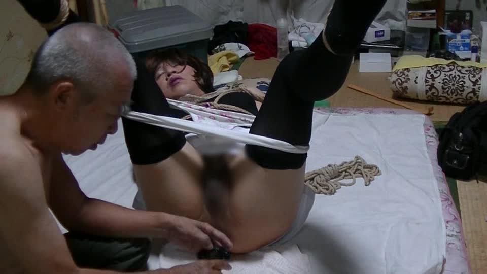 カメラの前で開脚緊縛で縛られた熟女、アナルプラグを挿入され甲高い喘ぎ声をあげて喘ぐ